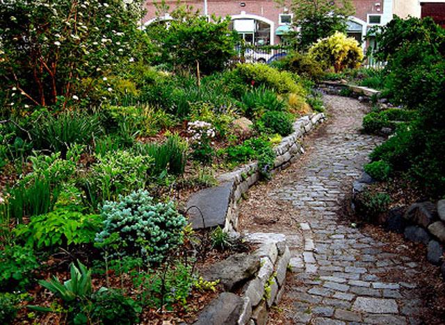 Koniec lata w ogrodzie – ostatnie chwile na aranżacje budowlane