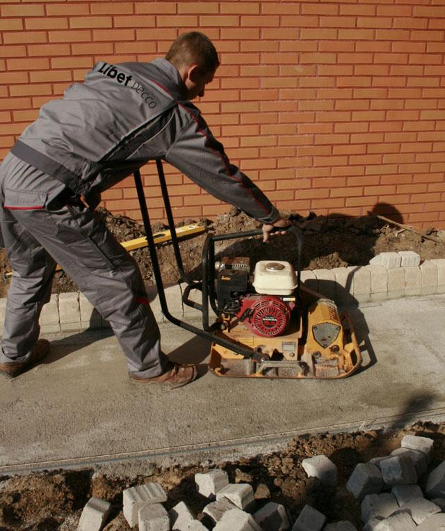 Właściwe zagęszczenie podbudowy to gwarancja idealnej i trwałej nawierzchni